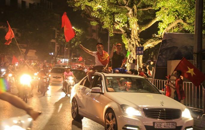 Hồ Gươm tràn ngập pháo sáng và cờ đỏ mừng chiến thắng Olympic Việt Nam - Ảnh 16.