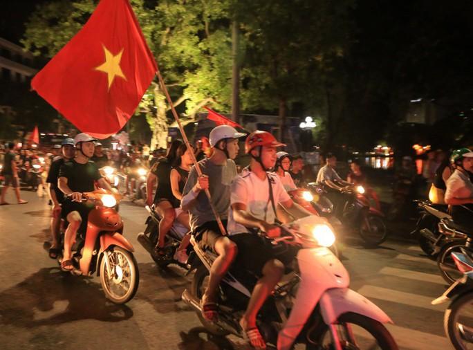 Hồ Gươm tràn ngập pháo sáng và cờ đỏ mừng chiến thắng Olympic Việt Nam - Ảnh 17.