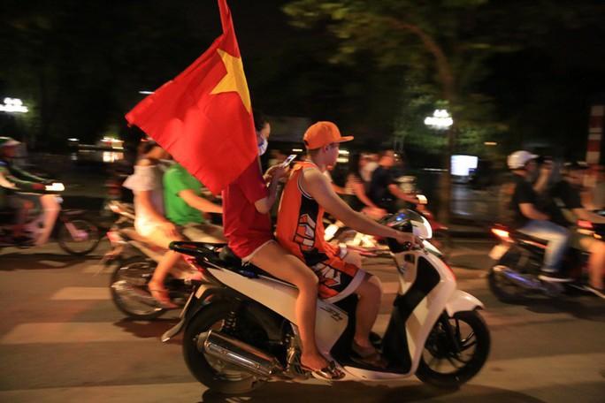 Hồ Gươm tràn ngập pháo sáng và cờ đỏ mừng chiến thắng Olympic Việt Nam - Ảnh 18.