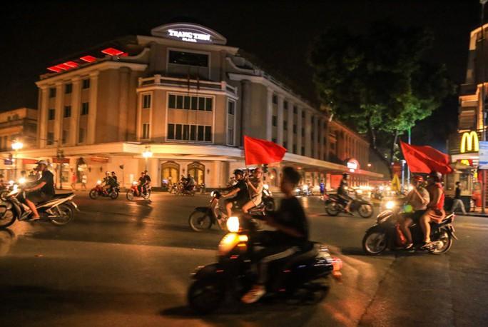 Hồ Gươm tràn ngập pháo sáng và cờ đỏ mừng chiến thắng Olympic Việt Nam - Ảnh 19.