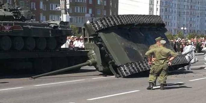 Diễu binh vừa xong, xe tăng Nga lật ngang - Ảnh 2.