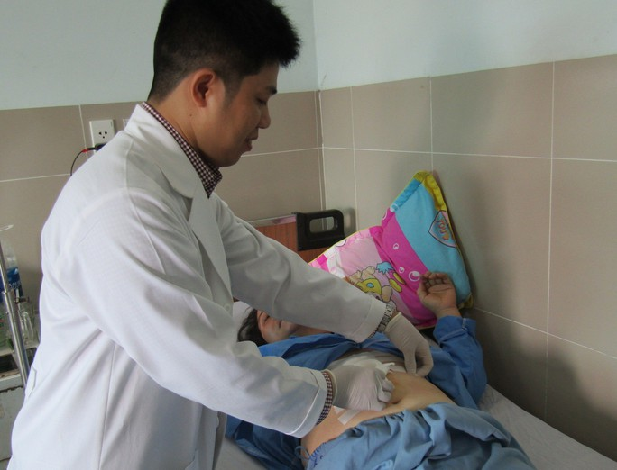 Suýt thủng dạ dày, sốc nhiễm trùng do nuốt xương cá ngát - Ảnh 1.