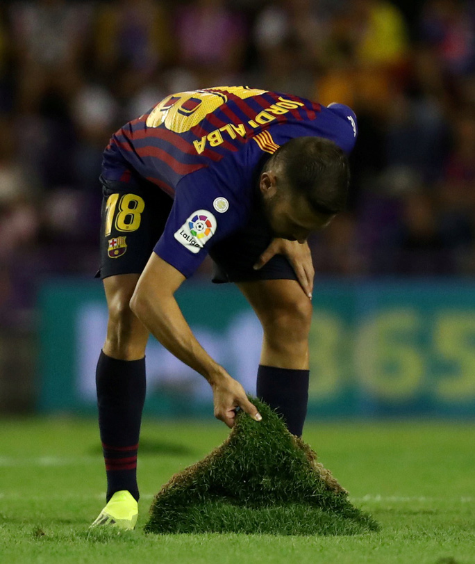 Công nghệ VAR giúp Barcelona và Bayern thoát chết - Ảnh 1.