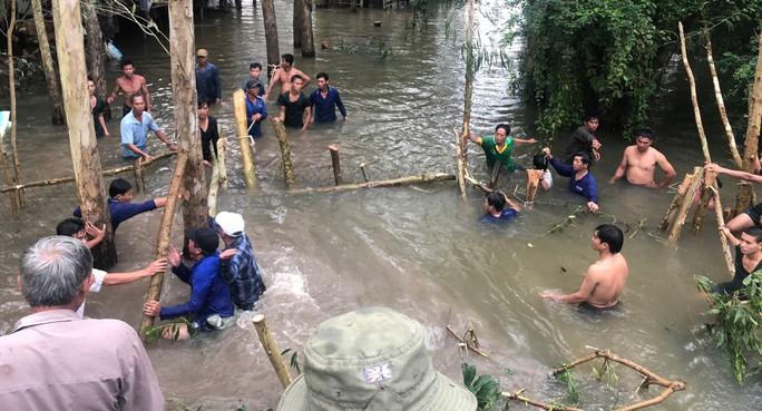 Hơn 10 giờ vật lộn ngăn nước lũ kinh Vĩnh Tế để cứu lúa - Ảnh 1.
