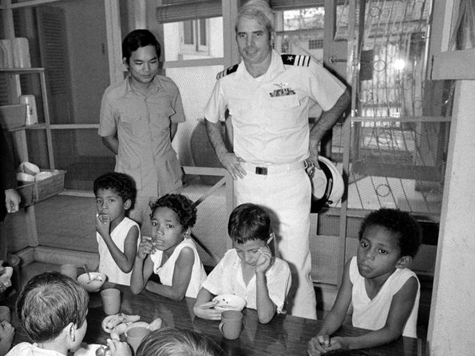 Những cột mốc đáng nhớ trong cuộc đời Thượng nghị sĩ McCain - Ảnh 4.