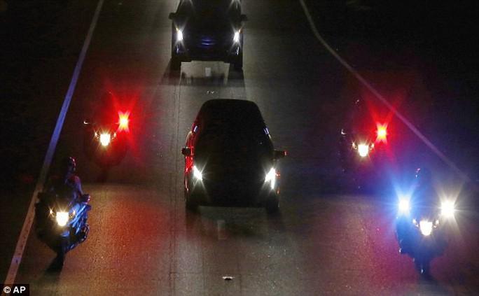 Cảnh sát hộ tống xe chở thi hài ông McCain về quê nhà - Ảnh 3.