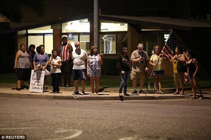 Cảnh sát hộ tống xe chở thi hài ông McCain về quê nhà - Ảnh 5.