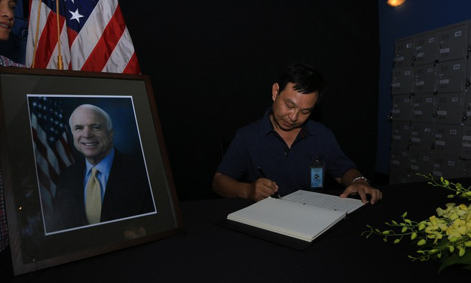 Người dân đến viếng ghi gì trong sổ tang Thượng nghị sĩ  John McCain? - Ảnh 9.