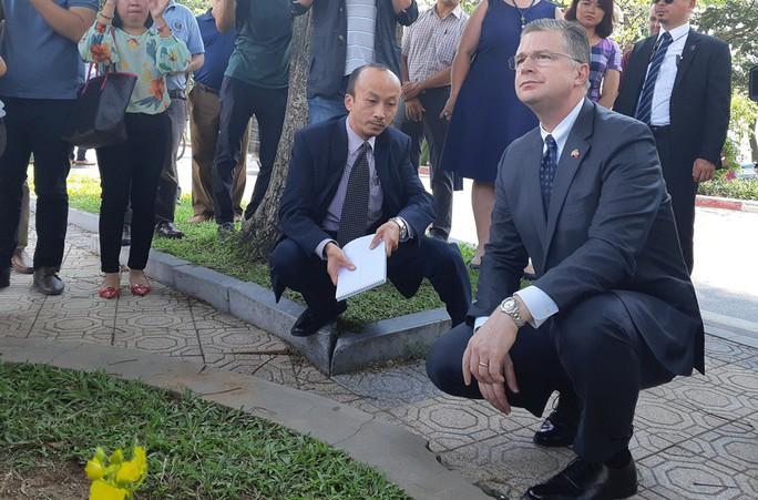 Đại sứ Mỹ đặt hoa tưởng niệm Thượng nghị sĩ McCain bên hồ Trúc Bạch - Ảnh 4.