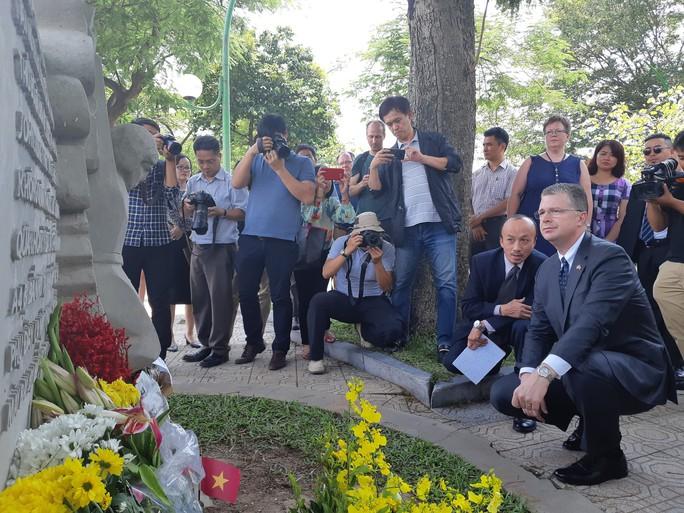 Đại sứ Mỹ đặt hoa tưởng niệm Thượng nghị sĩ McCain bên hồ Trúc Bạch - Ảnh 5.