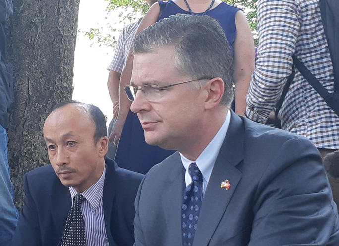 Đại sứ Mỹ đặt hoa tưởng niệm Thượng nghị sĩ McCain bên hồ Trúc Bạch - Ảnh 6.