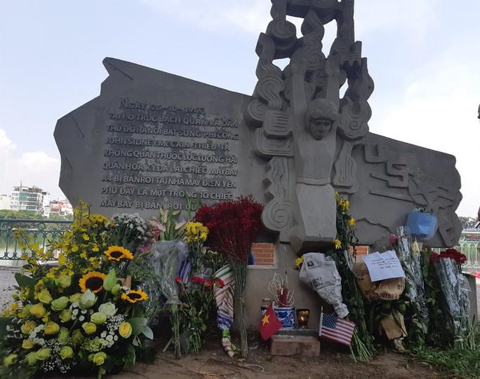 Đại sứ Mỹ đặt hoa tưởng niệm Thượng nghị sĩ McCain bên hồ Trúc Bạch - Ảnh 12.