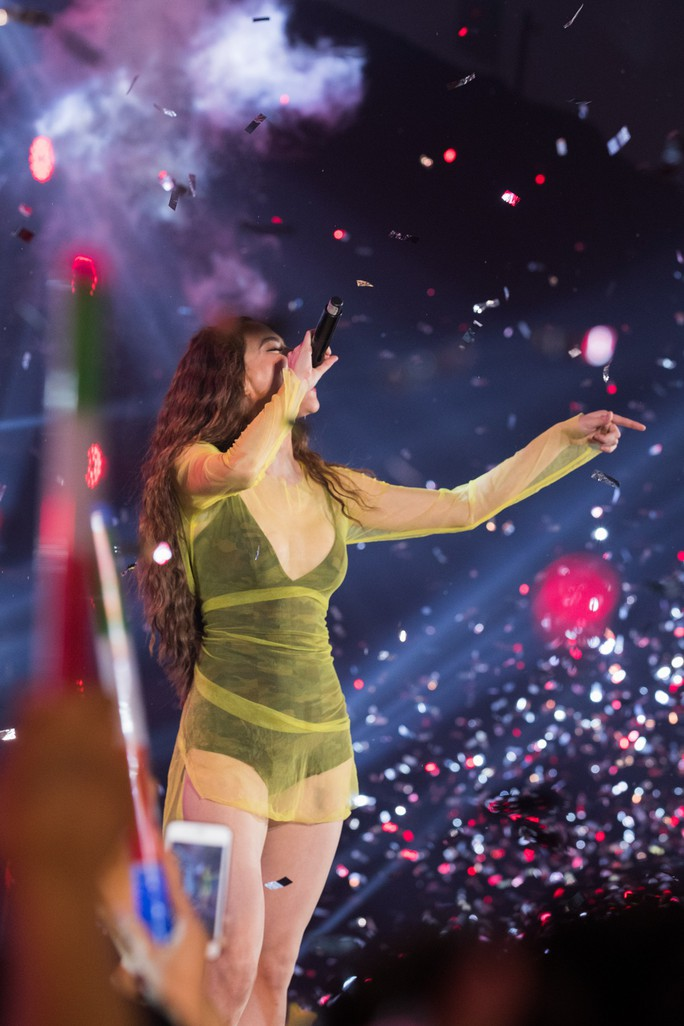 Hồ Ngọc Hà bật khóc trước hàng ngàn khán giả - Ảnh 3.