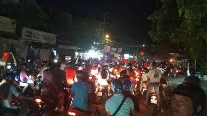 Mừng kỳ tích Olympic Việt Nam: Người hâm mộ không ngủ - Ảnh 39.