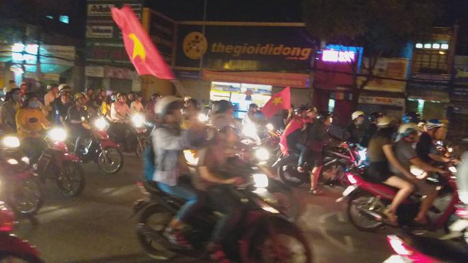 Mừng kỳ tích Olympic Việt Nam: Người hâm mộ không ngủ - Ảnh 28.