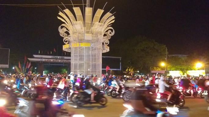 Mừng kỳ tích Olympic Việt Nam: Người hâm mộ không ngủ - Ảnh 30.