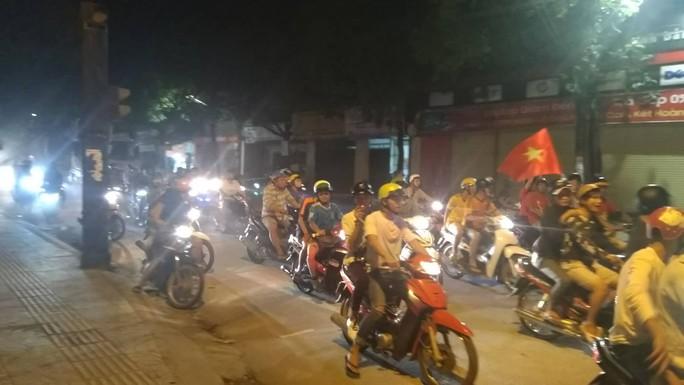 Mừng kỳ tích Olympic Việt Nam: Người hâm mộ không ngủ - Ảnh 36.