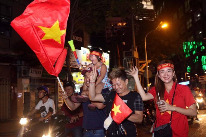 Mừng kỳ tích Olympic Việt Nam: Người hâm mộ không ngủ - Ảnh 17.