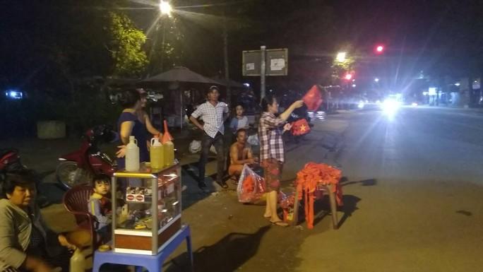 Mừng kỳ tích Olympic Việt Nam: Người hâm mộ không ngủ - Ảnh 40.