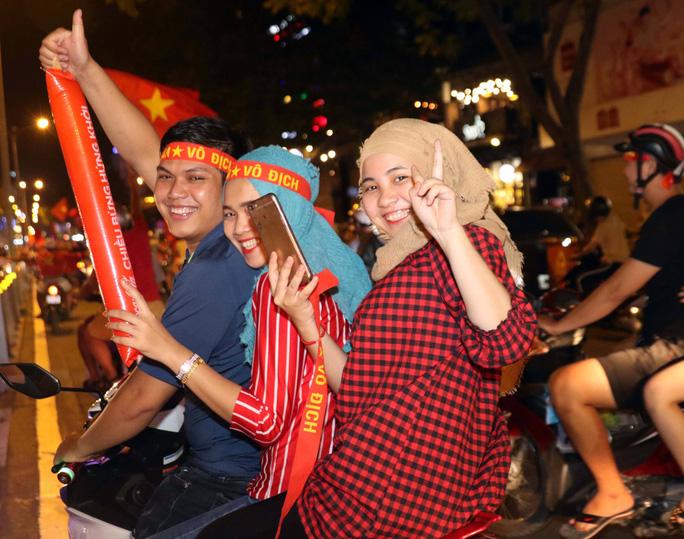 Mừng kỳ tích Olympic Việt Nam: Người hâm mộ không ngủ - Ảnh 24.