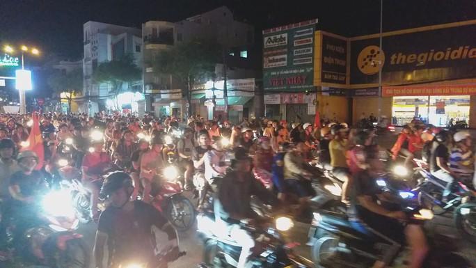 Mừng kỳ tích Olympic Việt Nam: Người hâm mộ không ngủ - Ảnh 32.