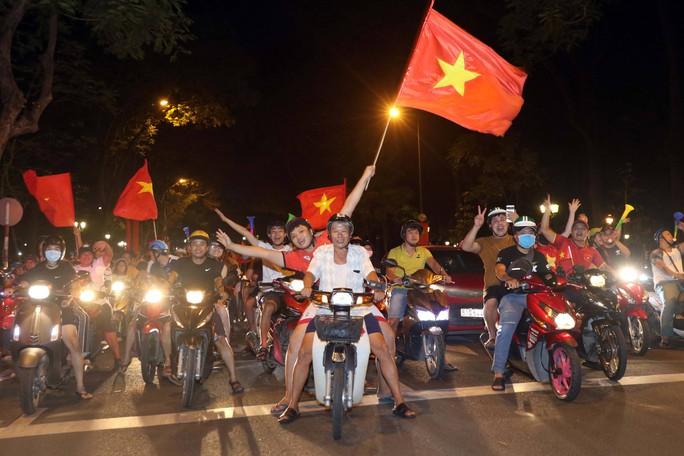 Mừng kỳ tích Olympic Việt Nam: Người hâm mộ không ngủ - Ảnh 25.