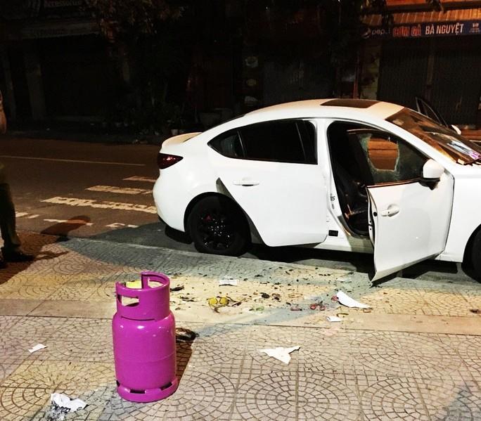 Thanh niên nghi ngáo đá dùng búa đập phá hàng loạt ô tô trên đường - Ảnh 2.