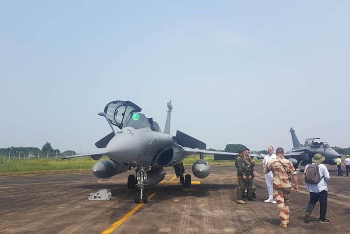 Cận cảnh chiến đấu cơ chủ lực không quân Pháp tới Việt Nam - Ảnh 1.