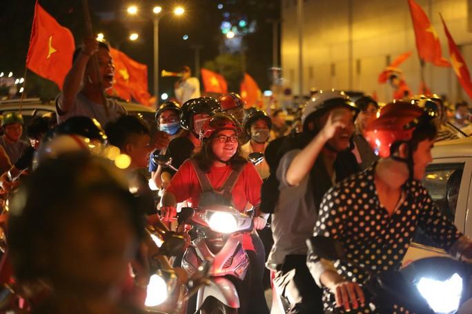 Mừng kỳ tích Olympic Việt Nam: Người hâm mộ không ngủ - Ảnh 6.