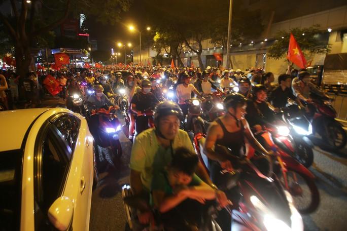 Mừng kỳ tích Olympic Việt Nam: Người hâm mộ không ngủ - Ảnh 7.
