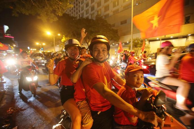Mừng kỳ tích Olympic Việt Nam: Người hâm mộ không ngủ - Ảnh 8.