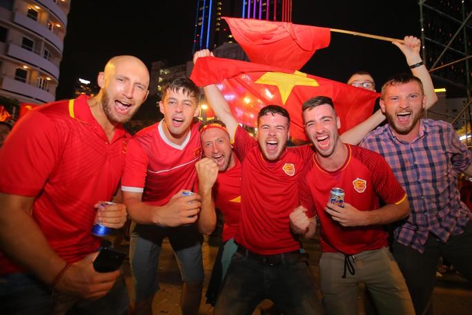 Mừng kỳ tích Olympic Việt Nam: Người hâm mộ không ngủ - Ảnh 11.