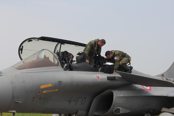 Cận cảnh chiến đấu cơ chủ lực không quân Pháp tới Việt Nam - Ảnh 6.