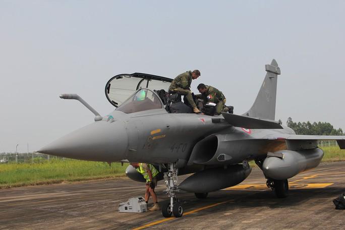 Cận cảnh chiến đấu cơ chủ lực không quân Pháp tới Việt Nam - Ảnh 7.