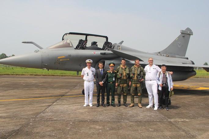 Cận cảnh chiến đấu cơ chủ lực không quân Pháp tới Việt Nam - Ảnh 10.