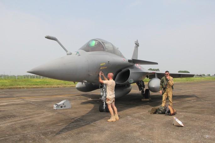Cận cảnh chiến đấu cơ chủ lực không quân Pháp tới Việt Nam - Ảnh 11.