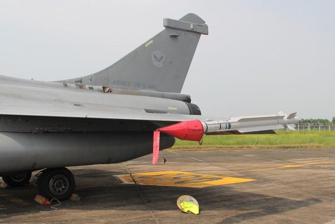 Cận cảnh chiến đấu cơ chủ lực không quân Pháp tới Việt Nam - Ảnh 13.
