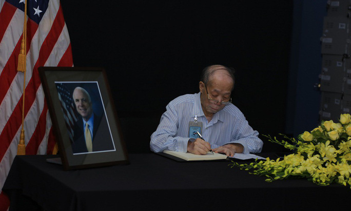Người dân đến viếng ghi gì trong sổ tang Thượng nghị sĩ  John McCain? - Ảnh 11.