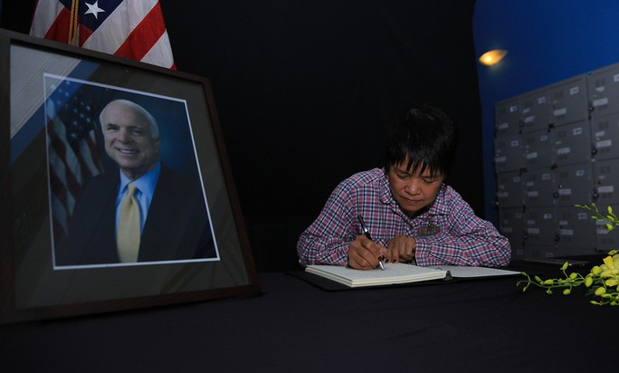 Người dân đến viếng ghi gì trong sổ tang Thượng nghị sĩ  John McCain? - Ảnh 14.