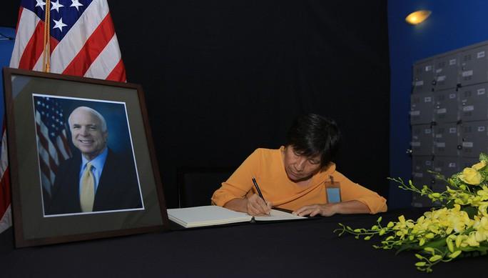 Người dân đến viếng ghi gì trong sổ tang Thượng nghị sĩ  John McCain? - Ảnh 15.