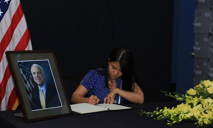 Người dân đến viếng ghi gì trong sổ tang Thượng nghị sĩ  John McCain? - Ảnh 16.