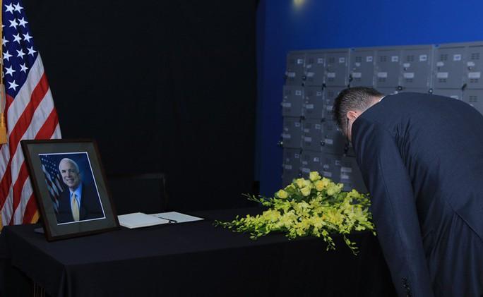 Người dân đến viếng ghi gì trong sổ tang Thượng nghị sĩ  John McCain? - Ảnh 5.