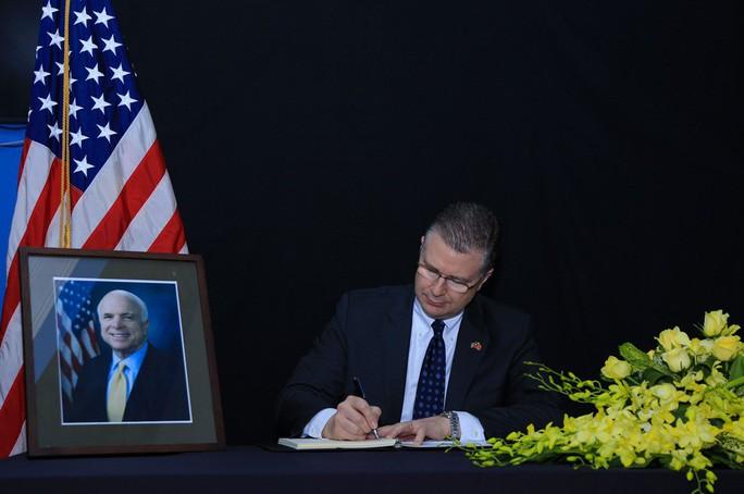 Người dân đến viếng ghi gì trong sổ tang Thượng nghị sĩ  John McCain? - Ảnh 1.