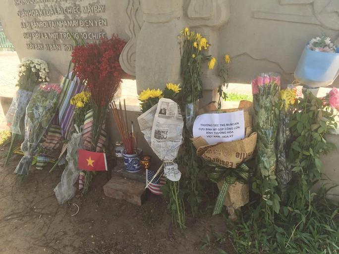"""Người dân mang hoa tới """"bia"""" bên hồ Trúc Bạch tưởng niệm TNS McCain - Ảnh 4."""