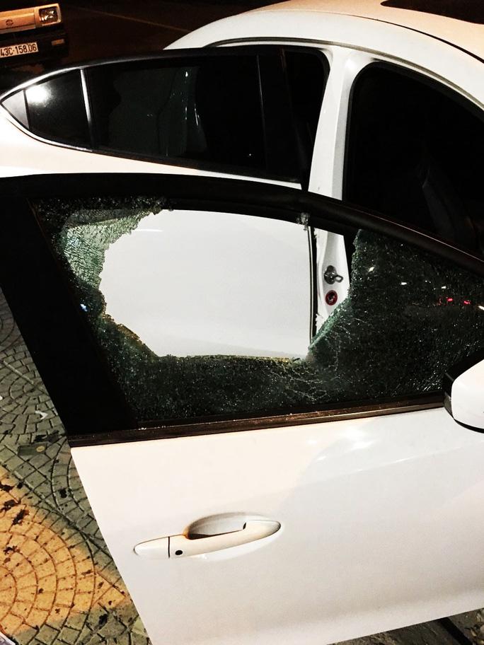 Thanh niên nghi ngáo đá dùng búa đập phá hàng loạt ô tô trên đường - Ảnh 3.