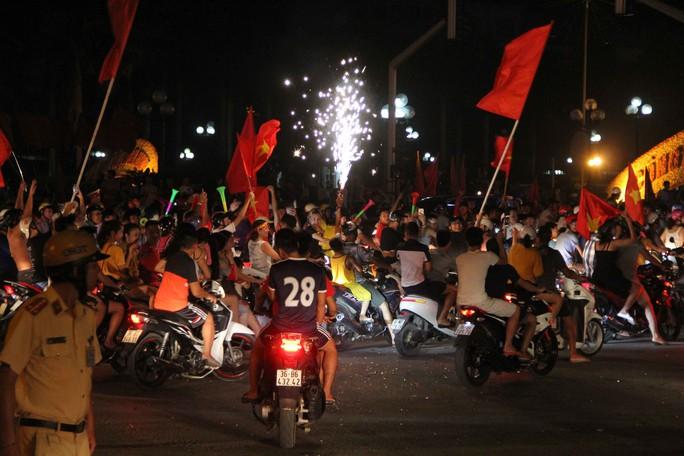 Vỡ òa hạnh phúc tại nhà thủ môn Bùi Tiến Dũng khi Việt Nam hạ Syria - Ảnh 14.