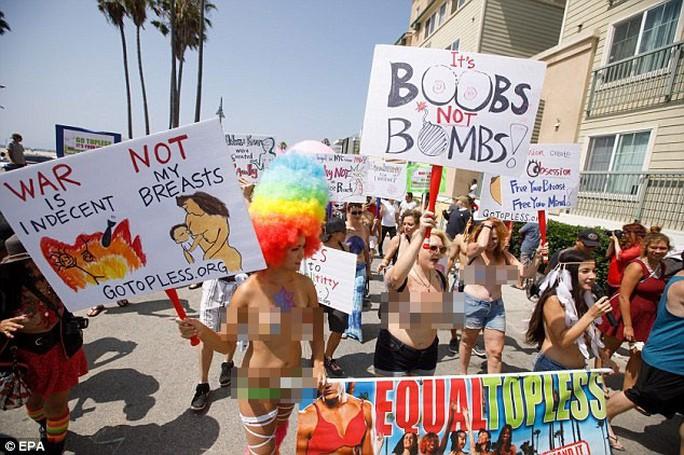 Phụ nữ khắp thế giới ngực trần tuần hành đòi quyền thả rông - Ảnh 1.
