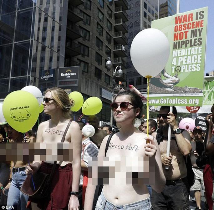 Phụ nữ khắp thế giới ngực trần tuần hành đòi quyền thả rông - Ảnh 7.