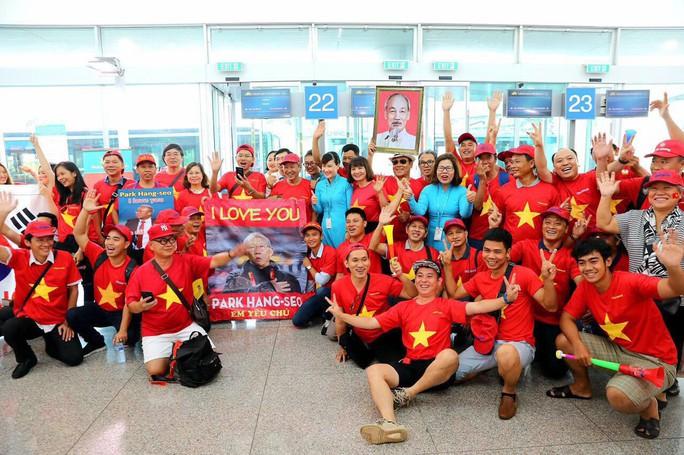 CĐV nhuộm đỏ các chuyến bay sang Jakarta tiếp lửa cho Olympic Việt Nam - Ảnh 2.
