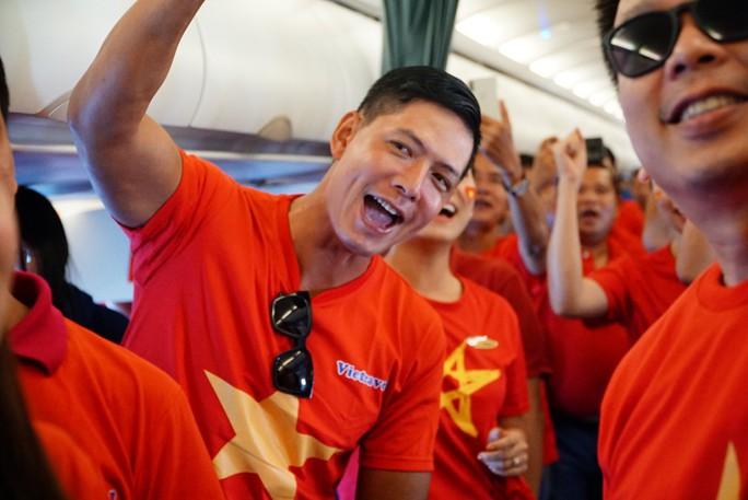 CĐV nhuộm đỏ các chuyến bay sang Jakarta tiếp lửa cho Olympic Việt Nam - Ảnh 24.